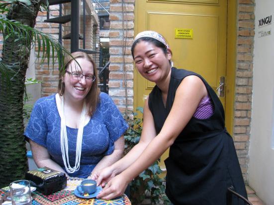 Oprichtster Caf+® da Casa Luiza Burleigh (links) en hulp die dag van Ana Paula Ueti.