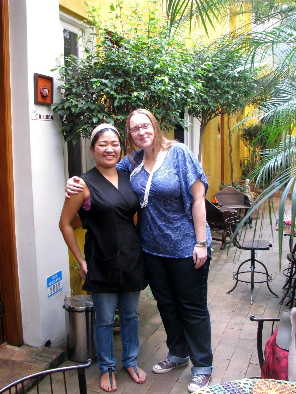 Oprichtster Caf+® da Casa Luiza Burleigh (rechts) en hulp Ana Paula Ueti II